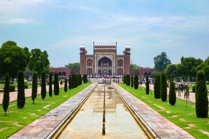 インド・アーグラの総大理石の墓廟タージマハルにて大鐘楼と庭園