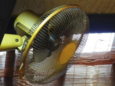 飲食店の汚れた扇風機