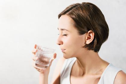 冷たい水を飲む女性