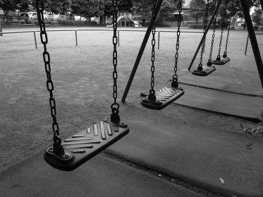 使い古されたブランコと誰もいない公園
