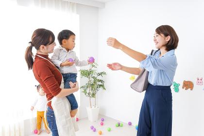 幼稚園のお迎えに行くお母さん