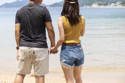 海辺でデートするカップル