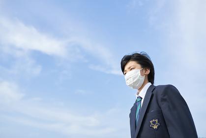 マスクをつけている日本人男子中学生