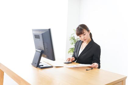 オフィスで楽しく仕事をするビジネスウーマン