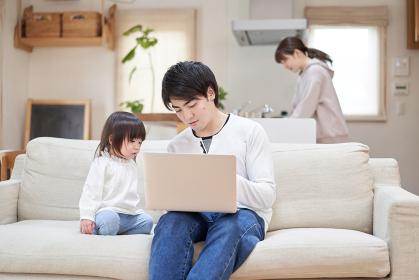 ママが家事をする中、子供の面倒をみるアジア人のお父さん