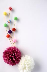 正月イメージ ちりめんで作った餅花と菊の造花 4 縦位置 白背景
