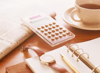 電卓と手帳と腕時計