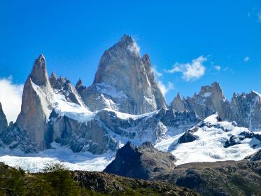アルゼンチン・パタゴニア地方にて昼間のフィッツロイ山頂のクローズアップと晴天の空