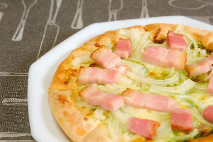 白いお皿にのったピザ ジェノベーゼ