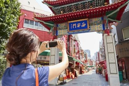 写真を撮影する日本人女性