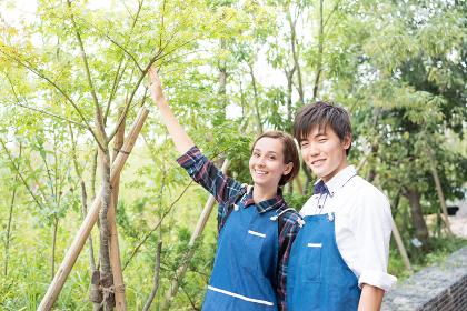 植物の前に立つ若い夫婦