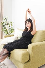 家でリラックスをする若い女性