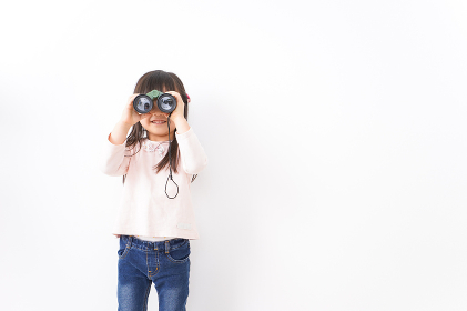 双眼鏡を使う子ども