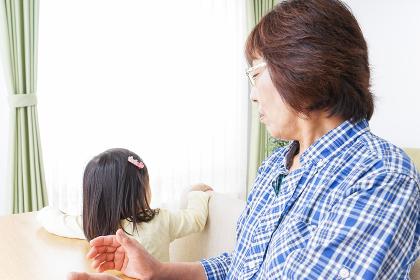 おばあちゃんと遊ぶ小さな子供
