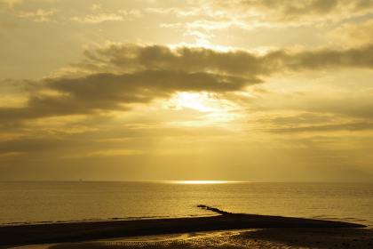 雲間から有明海に降り注ぐ光