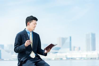 スケジュールを確認する男性・ビジネスイメージ