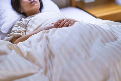寝苦しい夏に寝付けないまま朝を迎えた中年女性【ライフスタイル】