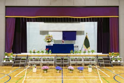 記念撮影のために椅子が並べられた式典会場