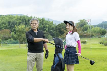 グランドゴルフを楽しむ男女