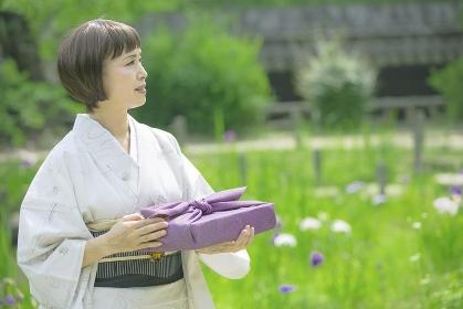 風呂敷包みを持つ着物の日本人のシニア女性