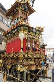 高山秋祭り、華麗な装飾の豊明臺の雄姿