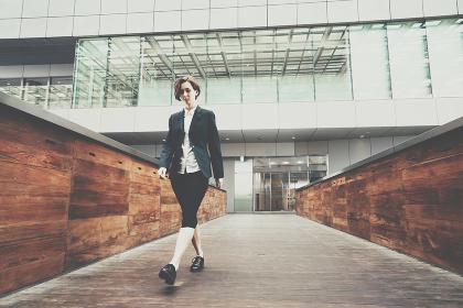 歩く女性(ビジネスイメージ)