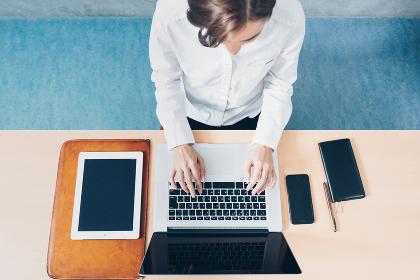 パソコンで仕事をする若い女性