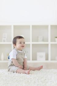 リビングでお座りするハーフの赤ちゃん