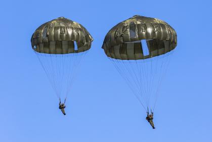 13式空挺傘パラシュートで降下する陸上自衛隊の空挺団(習志野市・千葉)