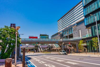 夏の青空と小倉駅周辺のビル街