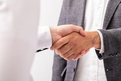 握手している男性二人