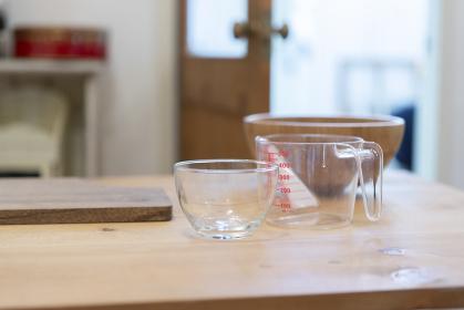 調理台の上の計量カップとボール