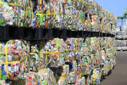 リサイクル施設の積み上げられたペットボトルの山