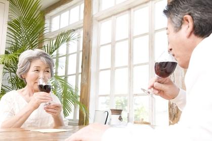 赤ワインをのむ老夫婦