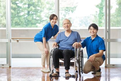 高齢者と男女の介護士