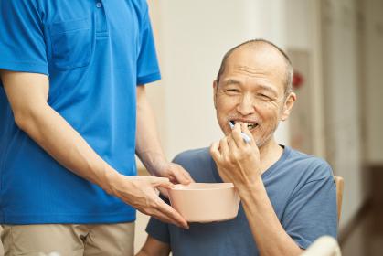 口腔ケアをする介護士と高齢者