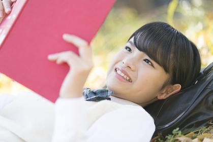 公園で読書をする女子校生