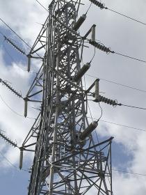 高電圧の電線と鉄塔