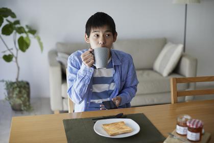食事中にスマホを見る10代の男の子