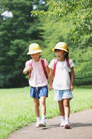 防犯ブザーをランドセルに付ける 日本人の小学生イメージ