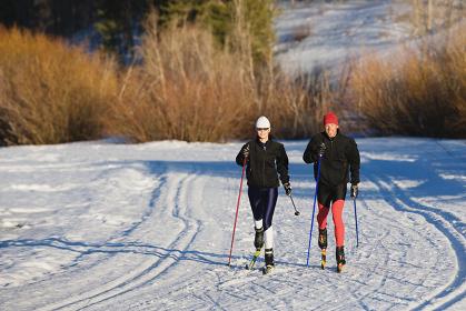 クロスカントリースキーをするカップル