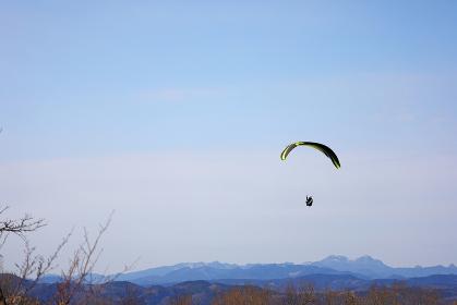 大分県伐株山上空を飛ぶパラグライダー