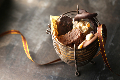 うすい色の背景や白色の背景に載せたチョコレート