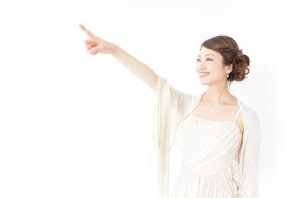 指をさすおしゃれ着の女性