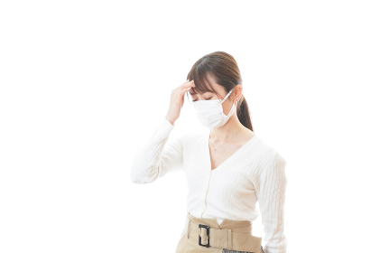 肺炎に感染した若いビジネスウーマン