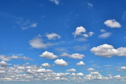 夏の青空と羊雲