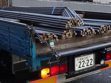 トラックに積んだ鉄筋