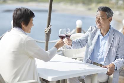 ワインで乾杯する日本人シニア夫婦