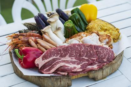野菜や肉などが並べられたBBQ食材