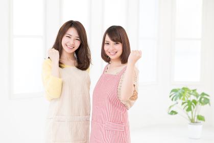 エプロン姿の2人の女性